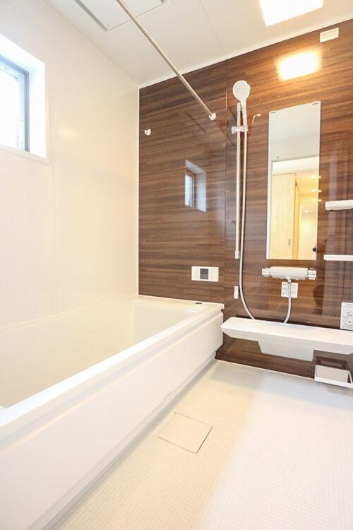 浴室です。小窓があり換気に便利です。現地(2021年8月)撮影