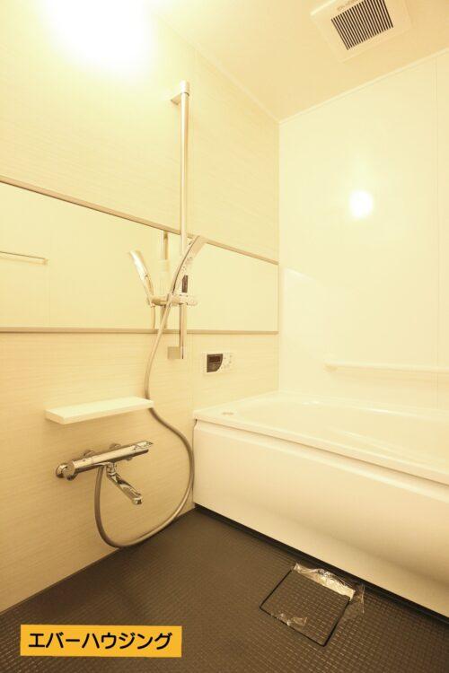 リフォームにて新調済みのバスルーム! ゆったりと浸かれる浴槽です。