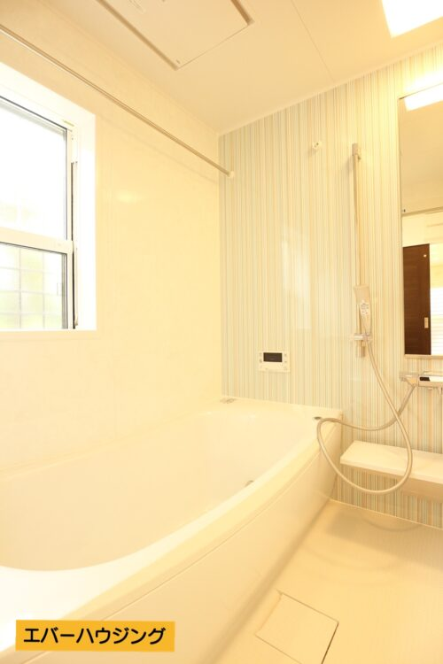 浴室には浴室乾燥機付き!雨の日のお洗濯も安心です。小窓付きで換気もしやすいです。