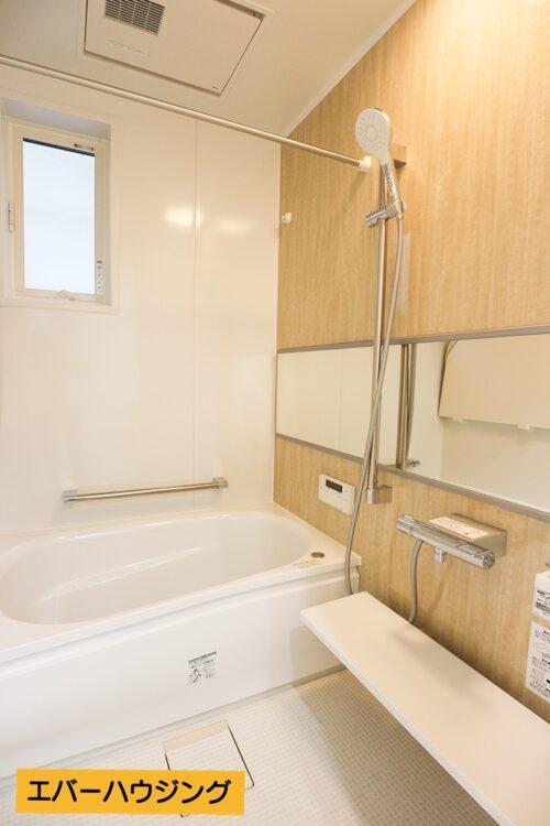 浴室には小窓付き。浴室乾燥機が付いているので、雨の日は浴室でお洗濯物を干せます。