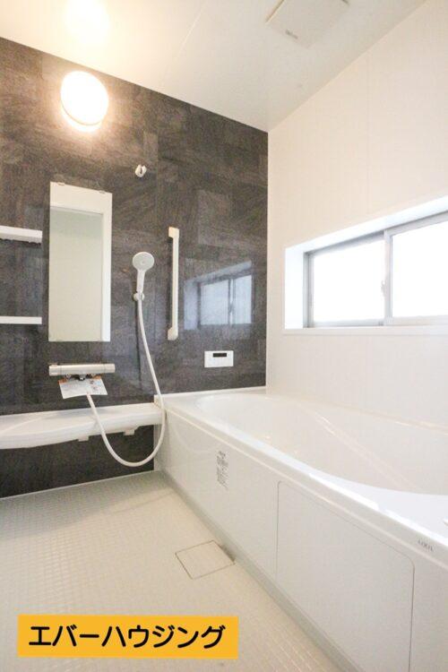 小窓付きで換気もしやすいバスルーム!