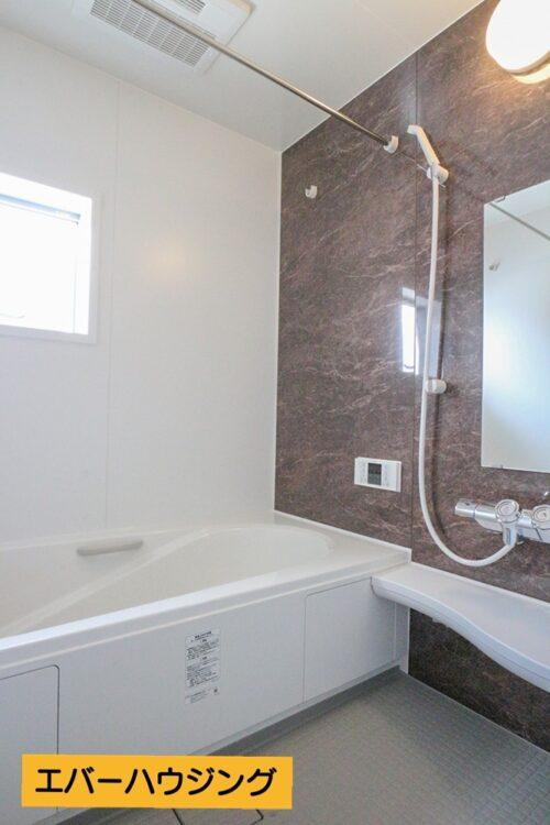 浴室には浴室乾燥付きです。浴室内には段差があり、半身浴なども楽しめます。