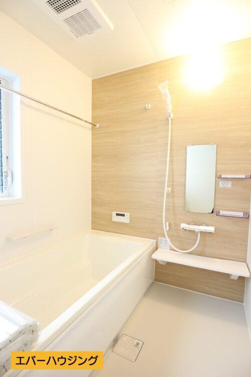 【同形状・同仕様写真です】 浴室には小窓付き。浴室乾燥機が付いているので、雨の日は浴室でお洗濯物を干せます。