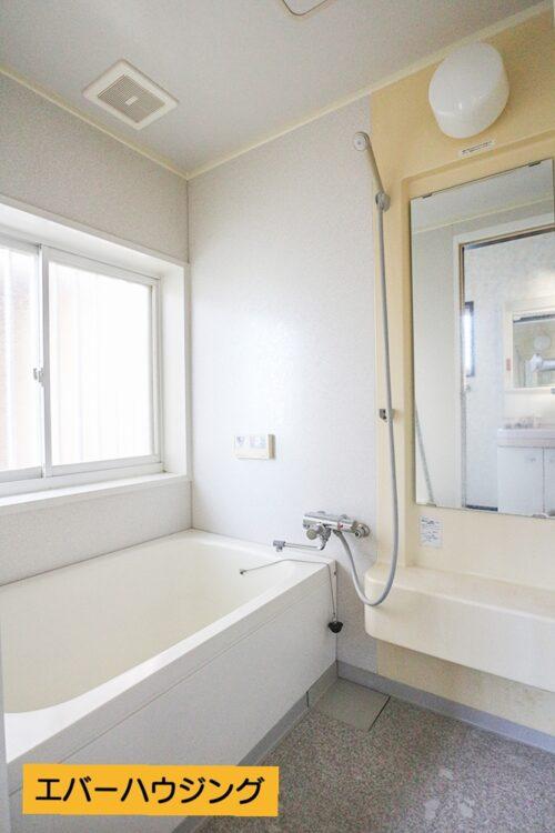 浴室です。窓が大きいので、明るく、換気もしやすくなっております。