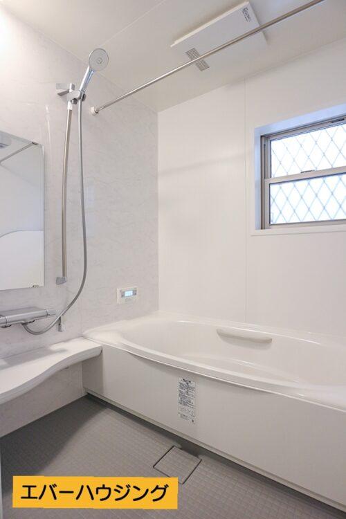 リクシルの浴槽はダブル保温構造のサーモバスSを使用。ゆったりと浸かっていただける広さがございます。
