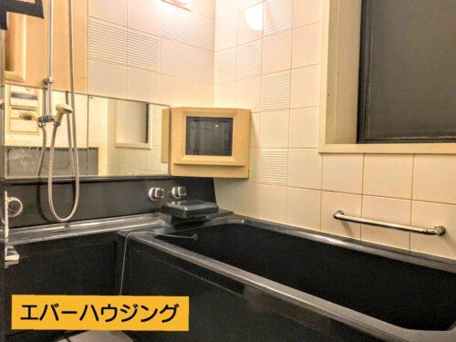 浴室には小型テレビが設置済みです。浴室乾燥機付きなので、雨の日のお洗濯などに大活躍です。
