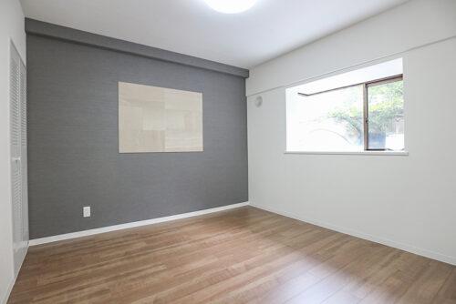 洋室6帖のお部屋です。アクセントクロスが映える素敵なお部屋、うれしい出窓付きです。現地(2021年9月)撮影