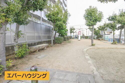 敷地内には公園もあります。お子様の遊び場として近くて安心です。