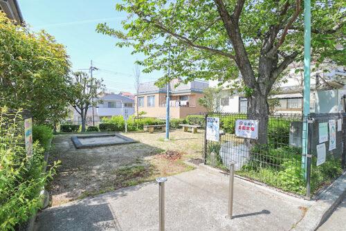 物件の2軒隣には小さな公園があります。砂場や遊具もある公園です。