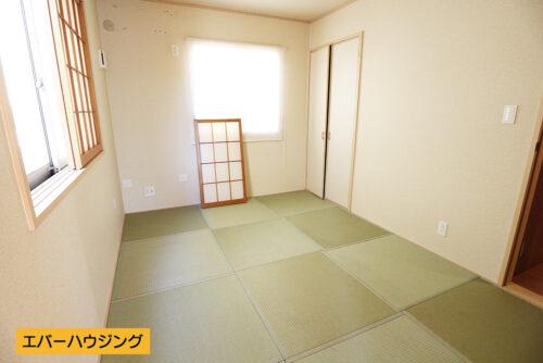 和室スペース6帖。お子様の遊び場や客間としてご活用いただけます。(居間)