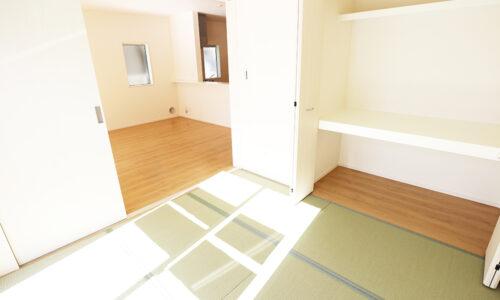 同形状・同仕様写真です。 リビング横には和室があります。