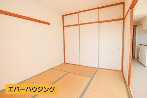和室帖のお部屋です。間仕切りを開ければリビングと繋げて利用することも可能です。