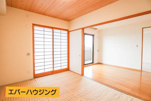 和室4.8畳の広さです。 間仕切りでリビングと繋げて利用したり、個室としても利用できます。