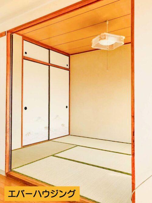 リビングの隣の和室6畳のお部屋です。 押入と天袋の収納がございます。畳表替え済みです。