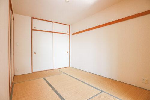 和室6畳のお部屋です。押し入れ収納もございます。