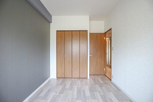 洋室6帖のお部屋です。床とクロス全て貼り替え済みです。(2021年4月23日)撮影
