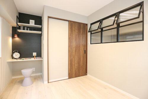 洋室4.5帖のお部屋です。リモートスペースに便利な棚がございます。デスクの正面クロスは便利なマグネットタイプ!室内(2021年10月)撮影