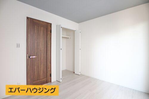 洋室5.2帖のお部屋です。 各洋室にはクローゼット収納がございます。