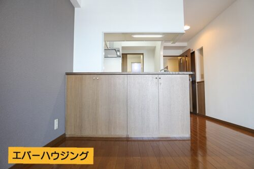 キッチン前には便利な収納棚がございます。