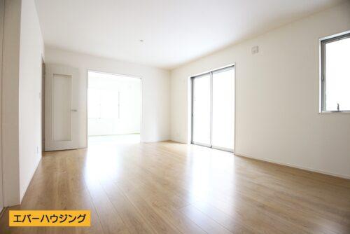 【同形状・同仕様の写真です】 約16帖の広さ。ナチュラルな内装ですので、家具の色味を合わせやすいですね。