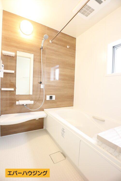 【同形状・同仕様の写真です】 浴室には小窓付き。浴室乾燥機が付いているので、雨の日は浴室でお洗濯物を干せます。