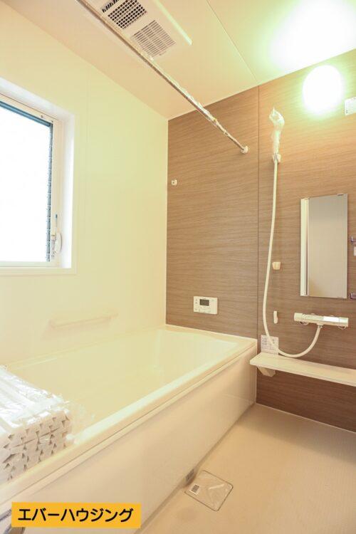 浴室には小窓付き。浴室乾燥機付きなので雨の日のお洗濯などに大活躍です。