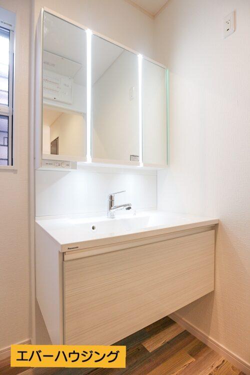 洗面化粧台は、鏡にライトが付いているので、しっかりとお顔を照らしてくれます。
