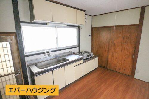 リビングスペースです。 キッチン横に収納スペースがありますので、食材なども収納でき、便利です。