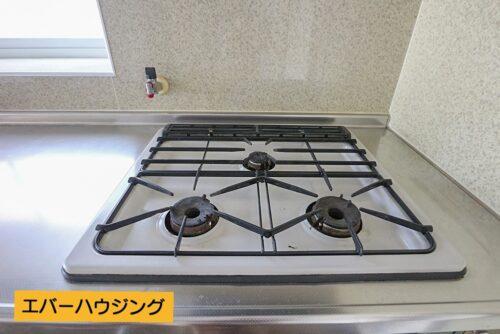 キッチンは3口ガスコンロ。火加減調節のしやすいガスです。