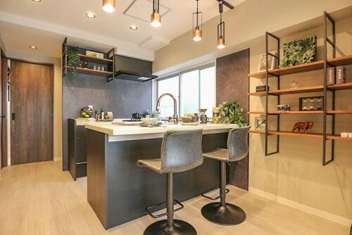 対面式のキッチンは、カウンターが広々!作ってその場で提供、お食事も♪室内(2021年10月)撮影