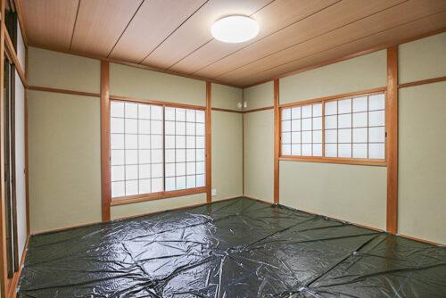 2階の和室です。畳貼り替え済みで現在ビニールカバーをしています。
