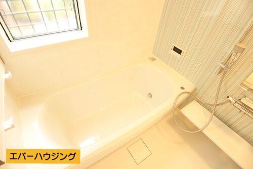 しっかり浸かれる浴槽です。