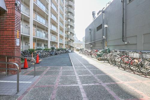 建物入口前に駐輪スペースがございます。(2021年6月)撮影