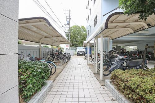 駐輪スペースです。現地(2021年10月)撮影