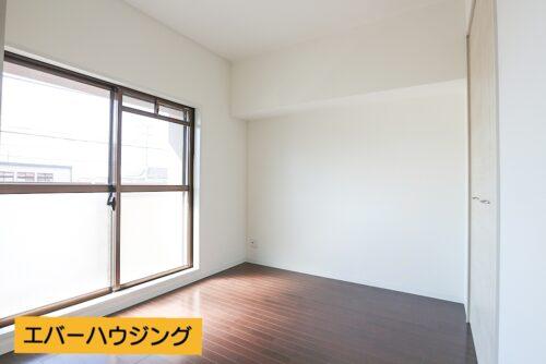 南東向きの洋室5.25帖のお部屋です。 便利な収納付きです。