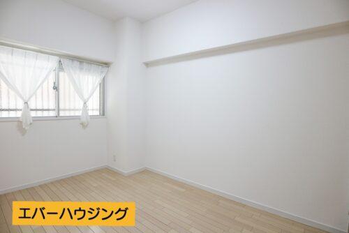 洋室5帖のお部屋です。レースカーテンは付属しています。