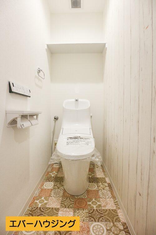洗面台と同じモザイクタイルのクロスを使用し、オシャレな空間に。