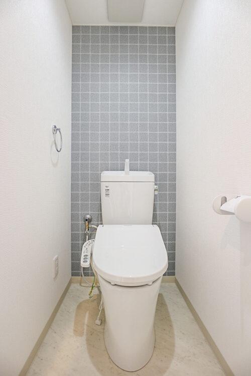 洗浄機能付きトイレは新調済み。クロスも貼り替え済みです。