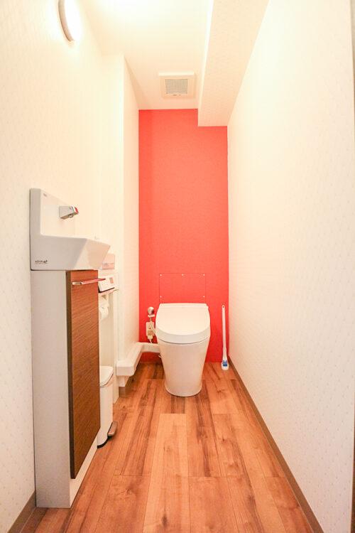 トイレスペース。洗浄機能付きトイレ新調済みです。トイレ内に手洗いも付いています。現地(2021年9月)撮影