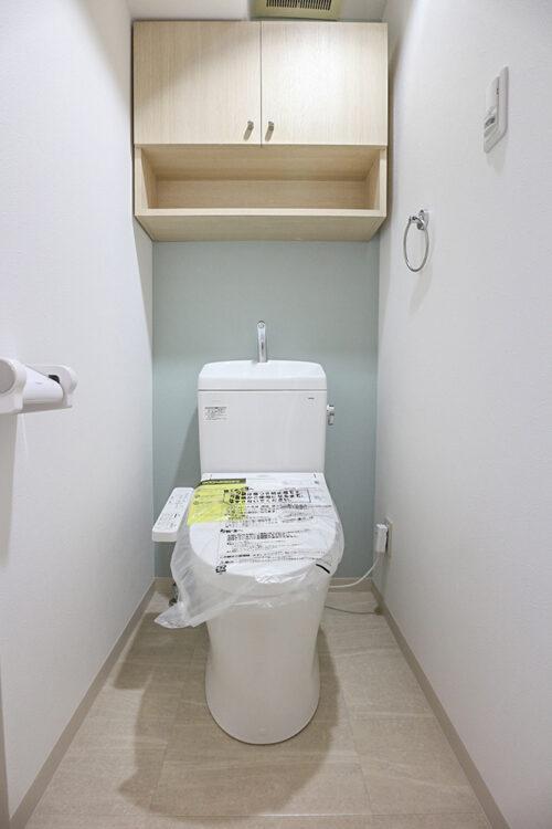 トイレも新調済みです。上部に吊戸棚もございます。現地(2021年10月)撮影