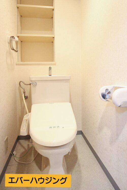 トイレには便利な棚付き。 洗浄機能付き便座のトイレです。