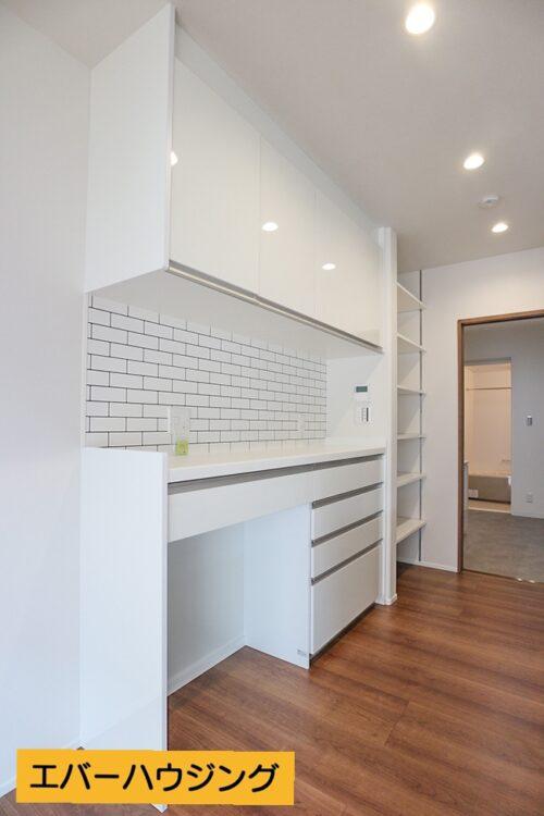 キッチンうしろにはカップボード付き!食器や調理機器を収納出来ます。