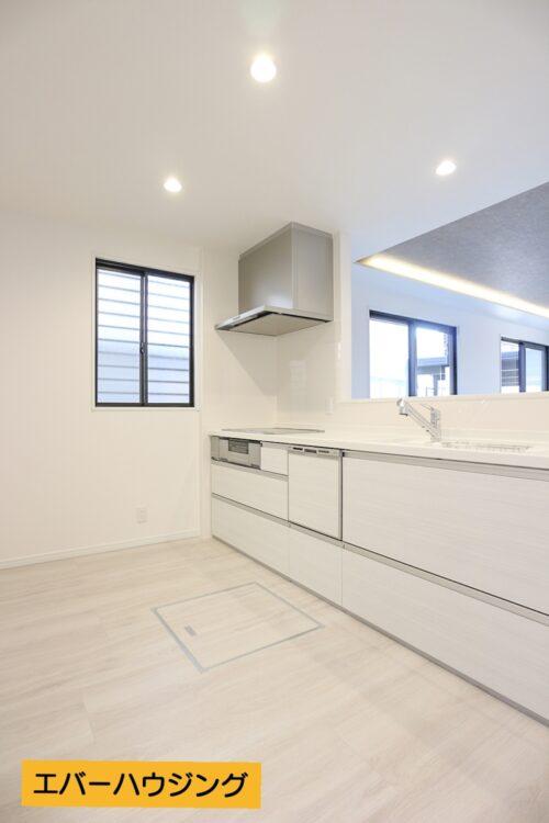キッチンスペースは広々!新調済みです。 背面のスペースには食器棚やカップボードを置ける十分なスペースがあります。