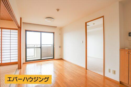 隣の和室と合わせると、17帖の広さになります。