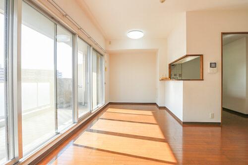 LDK16.3帖のお部屋です。南西向きで陽当たり良好♪窓が大きいので開放的です。