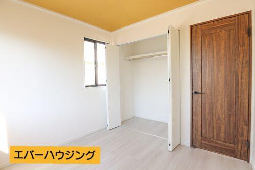 洋室4.5帖のお部屋です。 ナチュラルな内装なので、家具の色味などを合わせやすいです。