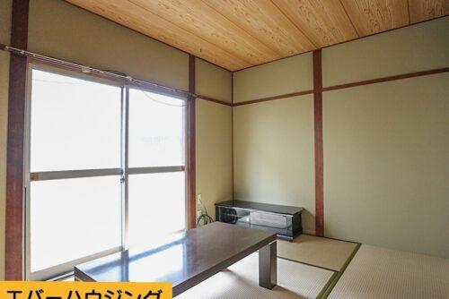 和室のお部屋です。窓が大きく、陽当たり良好です。