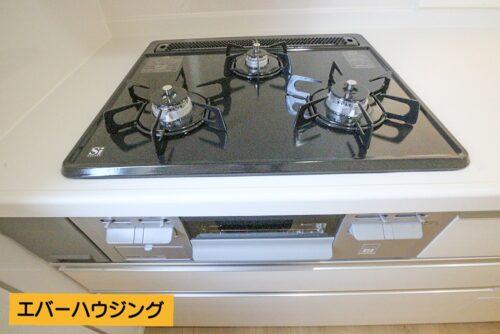 火加減調節がしやすいガスコンロ♪ 同時調理に便利な3口タイプです。