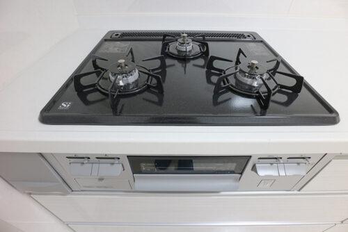 3口ガスコンロです。キッチンは新調済み。