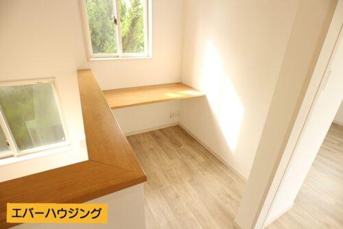 2階廊下には何かと便利な書斎スペースがあります。
